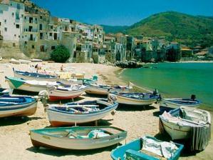 Barcos de pesca no porto de Cefal�.