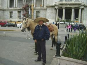 Pol�cia do Centro Hist�rico na Cidade do M�xico n�o dispensa o chap�u!