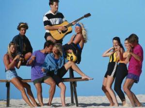 Pessoas na praia - viagens para solteiros