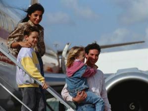Viagem com crian�as - fam�lia saindo do avi�o
