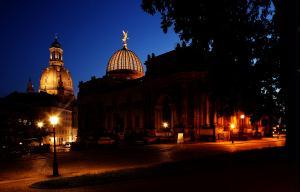 DRESDEN - Iluminadas, a Frauenkirche Cathedral e a Akademie der Kuenste s�o dosi exemplos da reco...
