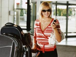 Mulher no aeroporto com malas