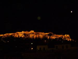 A Acr�pole de Atenas iluminada � noite.