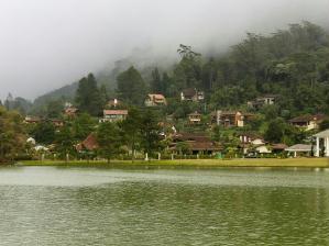 O Lago Comary traz a paisagem montanhosa de Teres�polis.