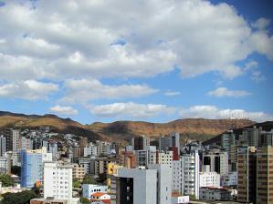 A Serra do Curral enfeita a paisagem na cidade de Belo Horizonte.