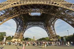 Constru�da em 1889, a Torre Eiffel pode ser vista, em um dia de c�u claro, a 65 km de dist�ncia