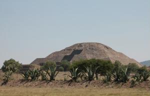 A Pir�mide da Lua vista de uma das entradas do Sitio Arqueologico