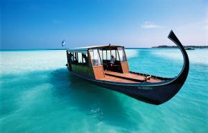 Barco tur�stico no mar azul das Maldivas