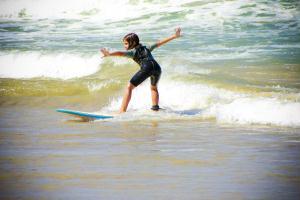 At� as crian�as surfam em Tucuns, B�zios.