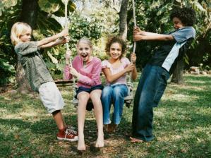 Crian�as brincando - acampamento escolar