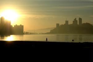 Nascer do sol no Gonzaguinha, com Ilha Porchat no canto direito.