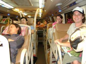 Open Tour no sleeping bus. Teoricamente, o �nibus deveria favorecer o sono dos passageiros. Mas...