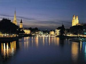 Cais da Ponte com catedrais Fraumuenster e St Peter ao fundo.