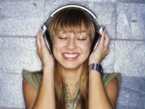 Menina ouvindo música e sorrindo