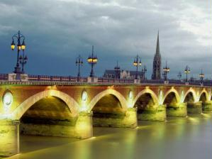 Ponte Pierre iluminada durante o entardecer.